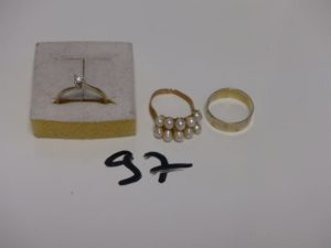 1 solitaire en or serti d'1 petit diamant (Td52) 1 alliance ouvragée en or (Td52) PB 4,4g et 1 bague monture cassée en alliage 14K et rehaussée de perles. PB 1,9g