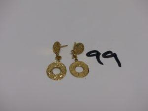 2 pendants en or à décor de motifs martelés (manque 1 système). PB 6g