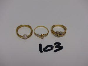 3 bagues en or : 1 rehaussée d'1 perle (Td51) 1 ornée d'1 pierre (Td54) 1 motif central en coeur orné de 3 petits diamants (Td53). PB 6,5g
