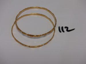 2 bracelets rigides ciselés en or (diamètre 6,5cm et 7cm). PB 29,9g