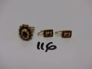 1 bague en or ornée de pierres couleur grenat (Td56, monture à redresser) et 1 paire de boucles en or assorties. PB 11,2g
