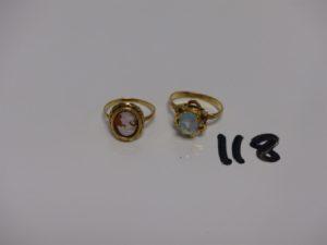 2 bagues en or: 1 sertie d'1 camée (Td55) et 1 ornée d'1 pierre bleue ciel (Td53). PB 6,3g