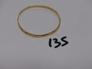 1 bracelet rigide ciselé en or (diamètre 6cm). PB 12,1g