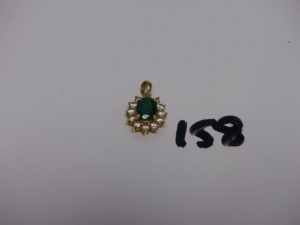 1 pendentif en or orné d'1 émeraude entourage petits diamants. PB 3,3g