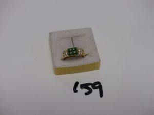 1 bague en or, monture carrée, ornée de petites pierres vertes et de petits diamants (Td51). PB 5,1g