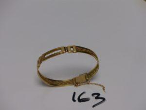 1 bracelet rigide,ouvrant, articulé en or et orné d'1 motif tressé (diamètre 5,5/6cm, sécurité cassée). PB 14,8g