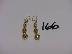 1 paire de pendants en or à décor de boules striées. PB 4,2g
