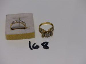 2 bagues en or : 1 rehaussée de pierres (Td58) et 1 ornée d'1 rang de pierres (T d58). PB 6,2g