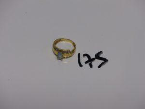 1 bague en or sertie d'1 pierre centrale bleue ciel épaulée de 2 petits diamants (Td55). PB 3,9g