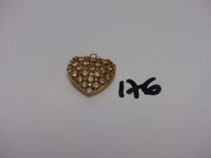 1 pendentif coeur ajouré en or rehaussé de petites pierres roses (diamètre 6,5g). PB 6,5g