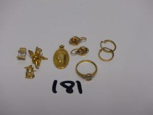 3 pendentifs en or (1 ange,1 chat, 1 orné d'1 pierre) 1 médaille de la Vierge, 2 petites créoles en or, 2 petites boucles bicolores en or, 1 bague en or ornée d'1 pierre épaulée de 2 petits diamants (Td51). PB 8,9g