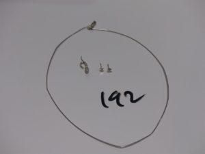 1 collier fil en or (L41cm, 1 peu abîmé) 1 pendentif serpent en or tête ornée de petits diamants et 2 puces d'oreilles en or serties d'1 diamant d'environ 0,13 ct l'un (manque systèmes). PB 4,3g
