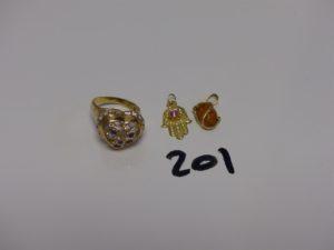 1 bague ornée de pierres (monture fendue, Td57) 1 pendentif main orné d'1 pierre rose et 1 pendentif orné d'1 pierre ambrée. Le tout en or. PB 6,9g