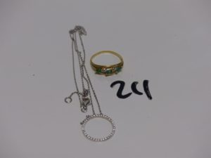 1 collier maille forçat en or motif central orné de petits diamants (L42cm) et 1 bague en or ornée de 3 pierres vertes e t 2 petits diamants (Td56). PB 5,4g