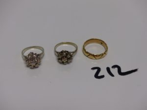 2 bagues en or rehaussées de petits diamants (Td48/50) et 1 alliance en or à décor de coeurs (Td52). PB 11,5g