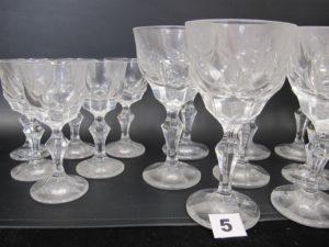 6 verres à vin et 11 verres à eau ( do nt 1 ébreché) en cristal signé VILLEROY et BOCH.