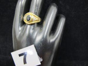1 bague en or ornée d'une pierre centrale bleue sombre, épaulée de 6 petits diamants (TD 59). PB 4,9g