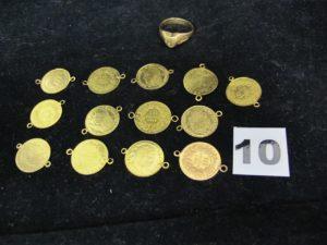 13 éléments de ceinture et 1 bague ciselée type chevalière (TD 61). Le tout en or. PB 18g