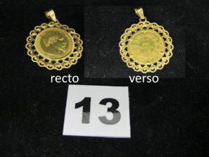 1 pendentif orné d'1 pièce Napoléon III année 1858, en or cerclé d'un motif ajoué. PB 9,3g
