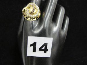 1 Bague en or, ornée de pierres (TD 63, monture légèrement tordue). PB 3,9g