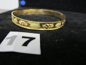 1 Bracelet rigide bicolore en or à motif grappe de raisins, cabossés. PB 10,4g