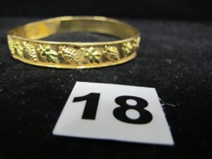 1 Bracelet rigide bicolore en or , à motif grappe de raisins, cabossés . PB 10,3g