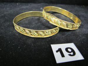 2 Bracelets rigides bicolores en or, à motifs grappes de raisins fendus et cabossés. PB 19,6g