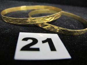 2 Bracelets rigides ciselés (Diam 6,5cm) en or, cabossés. PB 20,4g