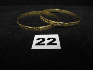 2 Bracelets rigides ciselés en or (légèrementtordus, Diam 6,5cm). PB 20,2g