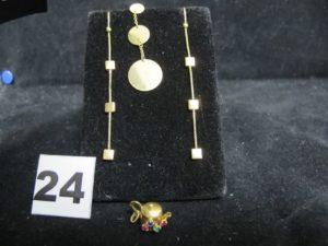 """2 Pendants d'oreilles motifs carrés, 1 pendentif """"théière"""" réhaussé de petites pierres et 1 pendant d'oreille motif disque (poussoir métal). Le tout en or. PB 6,5g"""
