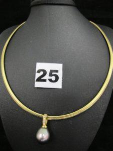 1 collier cable (L 42cm), 1 pendentif orné d'1 perle de Tahiti en forme de goutte (L 1,5cm) surmonté d'une bélière rehaussé de 5 petits diamants. Le tout en or. PB 26,7g