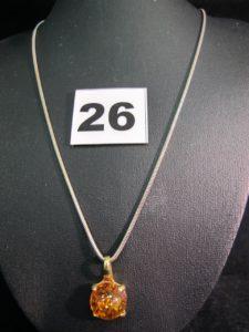 1 collier maille serpentine en or gris (L 45cm) & 1 pendentif orné d'un cabochon d'ambre (L 2cm). Le tout en or. PB 7,4g