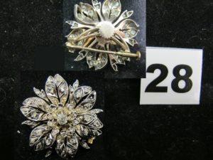1 Broche fleur, monture en argent et alliage 375/1000 (9k) sertie de 42 diamants de diverses tailles (Diam de la broche 3cm, quelques chatons vides). PB 11,4g
