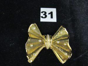 1 Broche en or ajourée, motif noeud papillon d'inspiration Boucheron, orné de petits diamants (L 6cm). PB 23,3g