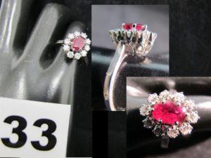 1 Bague en or gris marguerite ornée d'un rubis et de 10 diamants (TD 50). PB 4,5g