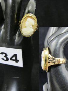 """1 Bague monture en or, rehaussée d'un plateau (soudures bas titre) orné d'un camée en cabochon motif """"paysanne"""" (TD 49). PB 3,1g"""