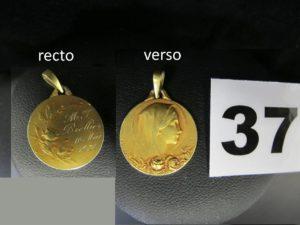 1 médaille de la vierge en or, gravure E.DROPSY avec roses en relief (Diam 1,8cm). PB 3,4g
