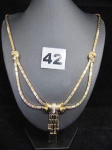 1 Collier en or maille carrée articulée avec motif noeud au centre, réhaussé de 3 diamants (L 50cm). PB 40,6g