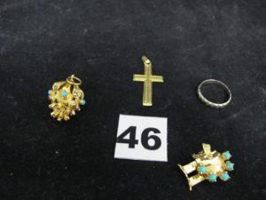 """1 croix ciselée, 1 alliance ciselée (TD 53), 1 fermoir de bracelet cassé orné de cabochons bleus et 1 pendentif """"lanterne"""" ajouré orné de cabochons (chato ns vides ). Le tout en or. PB 14,1g"""
