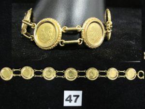 1 Bracelet en or articulé de 7 pièces de 2 pesos serties griffes dans un entour age à motif nid d'abeille (L 24cm). PB 34,7g