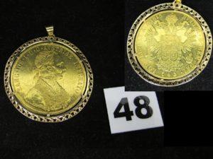 1 Pendentif serti griffe d'une pièce de 4 Ducat de 1915, dans un entourage fin en or ( Diam 4,7cm). PB 17,7g