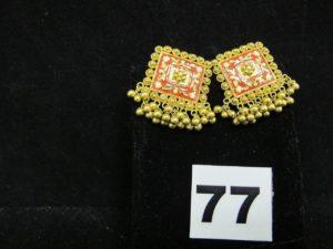 2 boucles rectangulaires émaillées en or 22k, ornées de pampillles boules (2x2,5cm). PB 11,9g