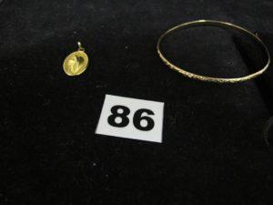 1 jonc ciselé en or (Diam 6,5cm) PB 8,7g et 1 médaille de la vierge en plaqué or PB 2,6g