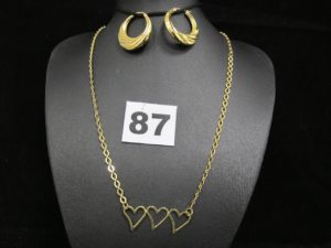 1 collier à motif coeur (L 40cm) et 2 boucles créoles creuses (Diam 2,4cm). Le tout en or. PB 6,3g