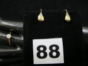 2 Boucles d'oreilles style art déco et 1 solitaire orné d'une pierre (TD 53). Le tout en or. PB 2g
