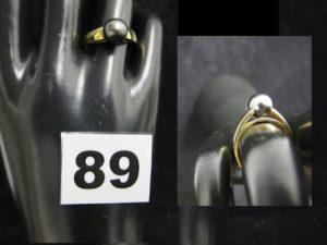 1 Bague en or à monture contemporaine réhaussée d'une perle noire (TD 54). PB 4,2g