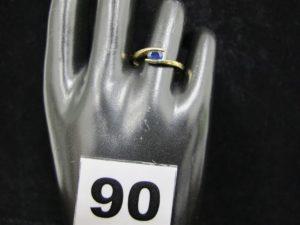 1 bague en or ornée d'une pierre bleue (TD 55). PB 1,6g