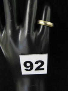 1 Alliance en or, ciselée, bicolore (TD 49). PB 3,7g