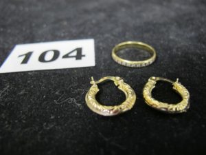 1 Alliance bicolore ciselée (TD 51) et 2 boucles créoles (manque soudure sur 1). Le tout en or. PB 2,8g