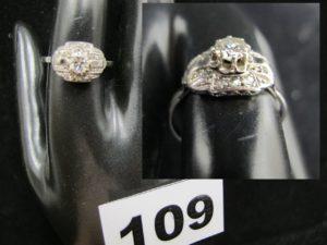 1 bague en or et platine ornée d'un diamant central taille brillant d'environ 0,25ct et de petits éclats de diamants (TD 57). PB 2,4g